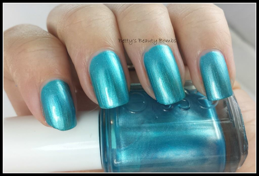Essie-Beach-Bum-Blu-Swatch