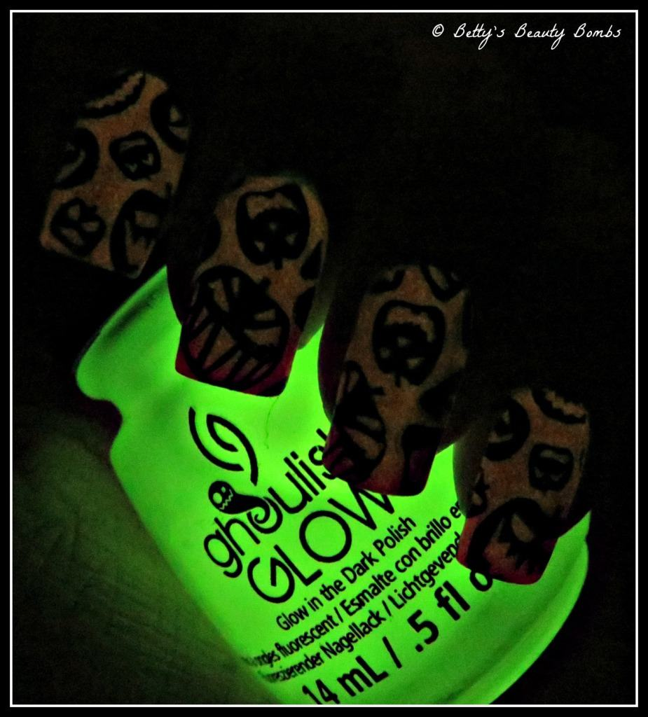 Glow-in-the-dark-halloween-nail-art