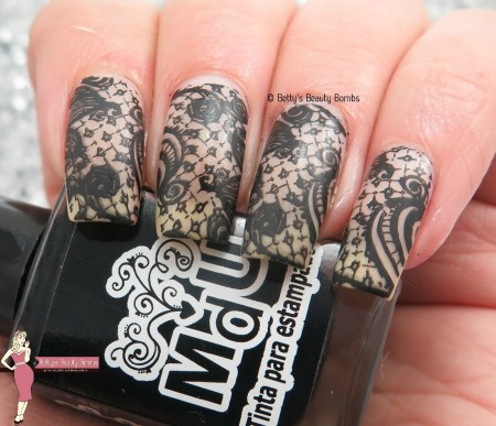 negative-space-lace-nail-art