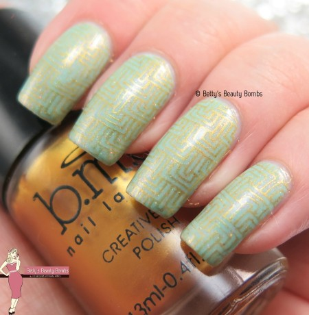gold-and-green-nail-art